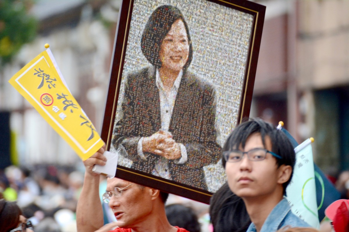 Supporters of Tsai Ing-wen carry a portrait of the presidential candidate during a rally in Taipei on October 18, 2015 (Credit: J. Michael Cole, 2015).